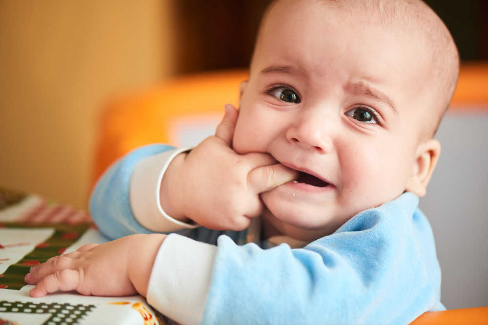 ¿Cómo aliviar el dolor de mi bebé cuando le están saliendo los primeros dientes?